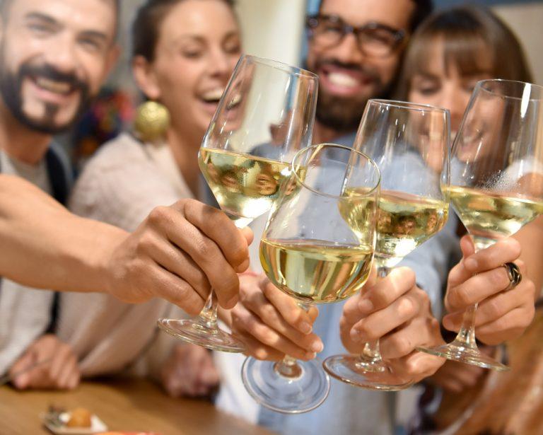 Ystävät ja viinilasit