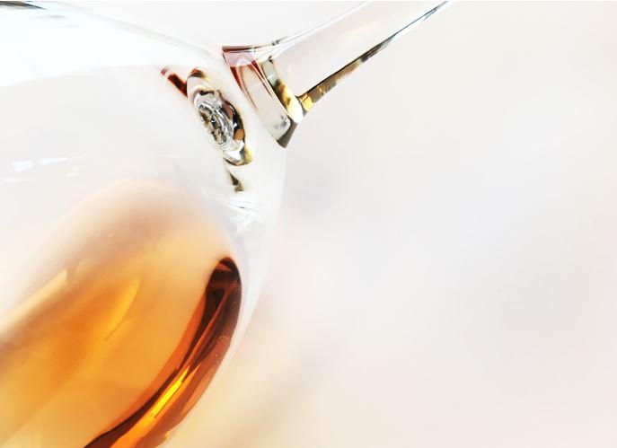 oranssi viini lasissa